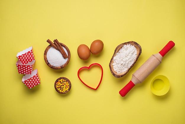 Ingredienti per la cottura su sfondo giallo
