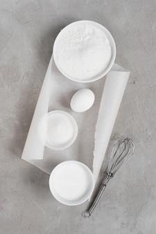 Ingredienti per la cottura sul tavolo grigio con texture