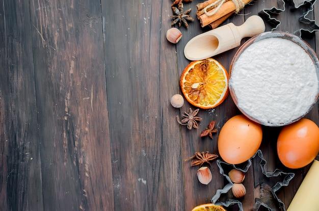 Ingredienti per la cottura sul vecchio tavolo di legno