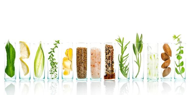 Ingredienti per la cura della pelle a base di erbe naturali e preparazione del trattamento viso.