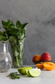 Ingredienti per la limonata (albicocca, menta, rosmarino e lime).