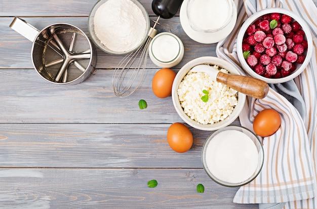 Ingredienti per la preparazione di casseruola di ricotta con ciliegie. gustosa colazione vista dall'alto