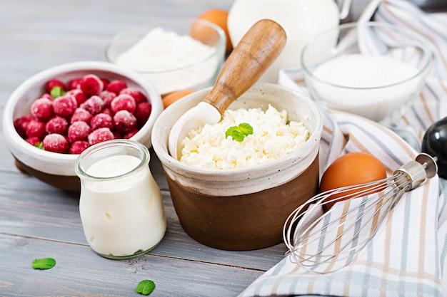Ingredienti per la preparazione di casseruola di ricotta con ciliegie. gustosa colazione