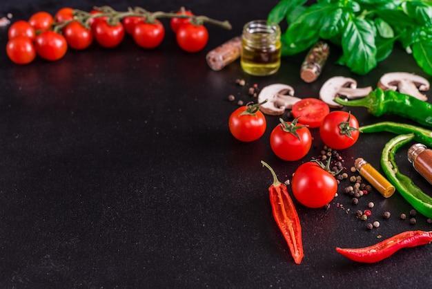 Ingredienti per la preparazione di gustosa pizza italiana