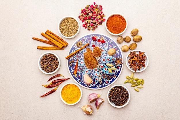 Ingredienti per la preparazione piccante orientale ras el hanout