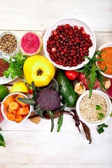 Ingredienti per la selezione di cibi sani, concetto di preparazione di alimenti sani, booster immunitario di coronavirus