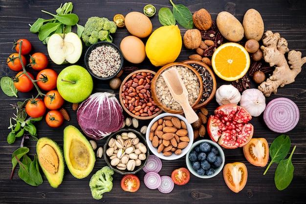 Ingredienti per la selezione di cibi sani istituito sulla tavola di legno.