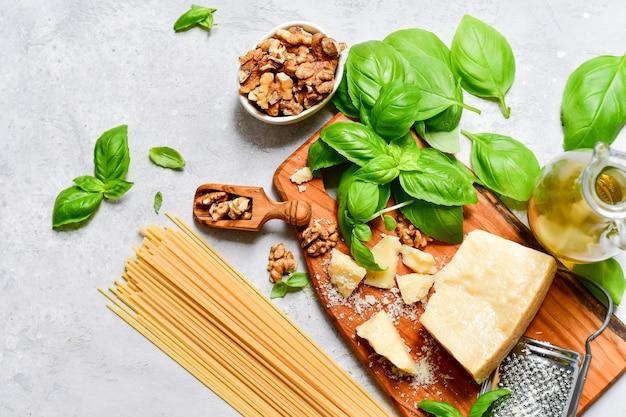 Ingredienti per la tradizionale pasta italiana al pesto