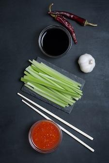 Ingredienti per le ali di pollo tradizionali asiatiche saltate in padella