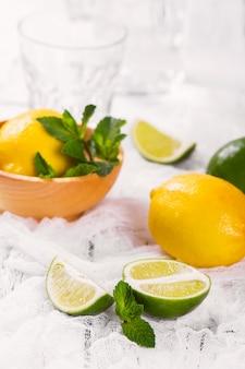 Ingredienti per limonata fatta in casa al limone e lime; barattolo di vetro, bicchieri, menta, zucchero