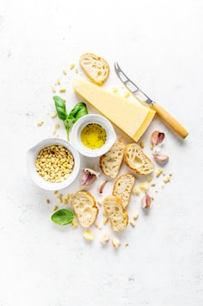 Ingredienti per pesto e pane chiabatta