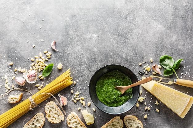 Ingredienti per pesto e pane chiabatta
