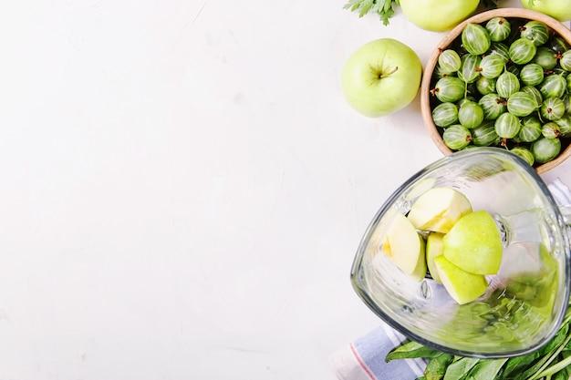 Ingredienti per preparare frullati verdi sani