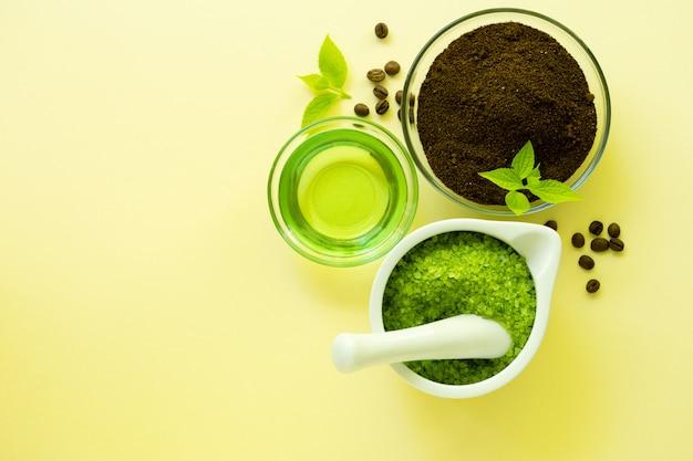Ingredienti per preparare lo scrub al caffè con sale marino e olio