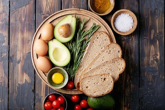 Ingredienti per preparare toast con avacado