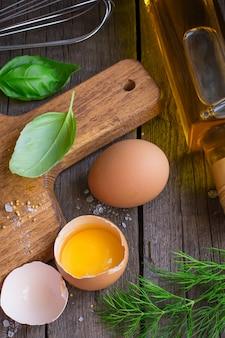 Ingredienti per salsa maionese sulla tavola di legno