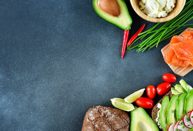 Ingredienti per sandwich con avocado e salmone