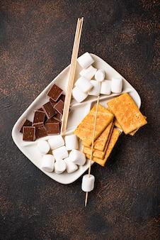 Ingredienti per tostare marshmallows e cottura s'mores