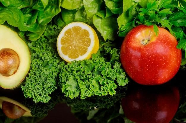 Ingredienti per un frullato o un'insalata sani