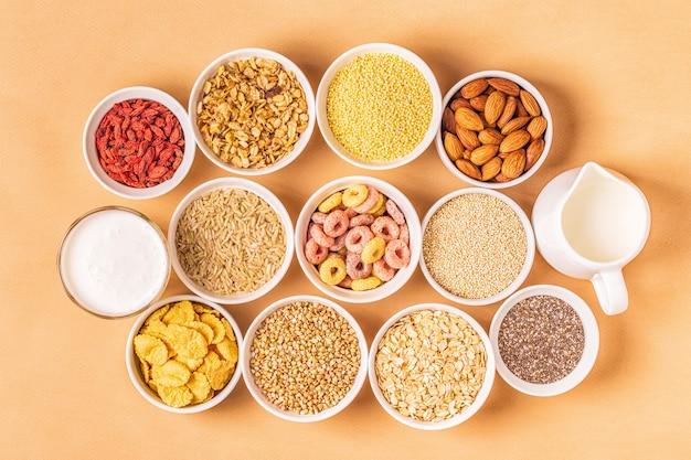 Ingredienti per una sana colazione, vista dall'alto