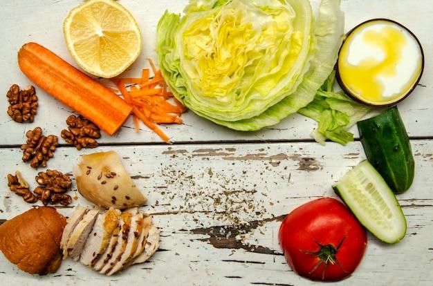 Ingredienti per una sana insalata di pollo con verdure