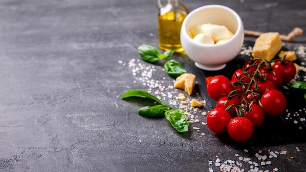 Ingredienti pesto per preparare salsa e pomodorini