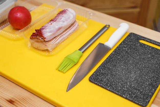 Ingredienti preparati sul tavolo di legno per cucinare un panino