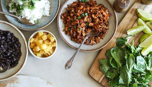 Ingredienti taco fatti in casa vegano sul tavolo