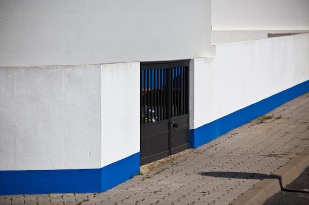 Ingresso di un edificio bianco dalla strada