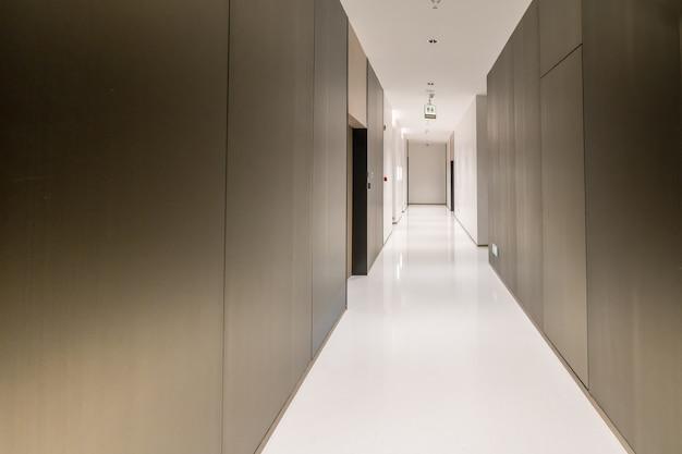Ingresso e piastrelle del pavimento vuoto, spazio interno