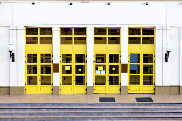 Ingresso in un edificio amministrativo con porte gialle e spazio copia