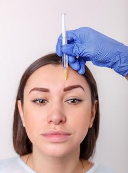 Iniezione cosmetica del bel viso femminile