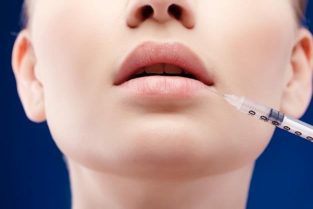 Iniezioni di bellezza donna botox. trattamento con iniezione di collagene ialuronico ha. cosmetologia e bellezza. donna in salone. clinica di chirurgia plastica.