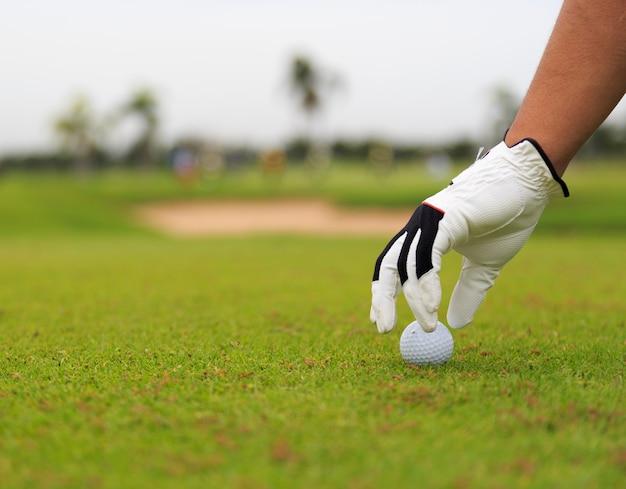 Inizia il gioco mettendo la pallina da golf