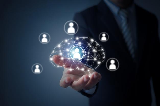 Innovazione e concetto creativo del mercato, uomo di affari che tiene immagine digitale del brainstorming in palma, potere di immaginazione
