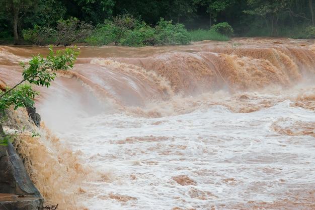 Inondazioni improvvise acqua veloce attraversano inondazioni flash l'impatto del riscaldamento globale