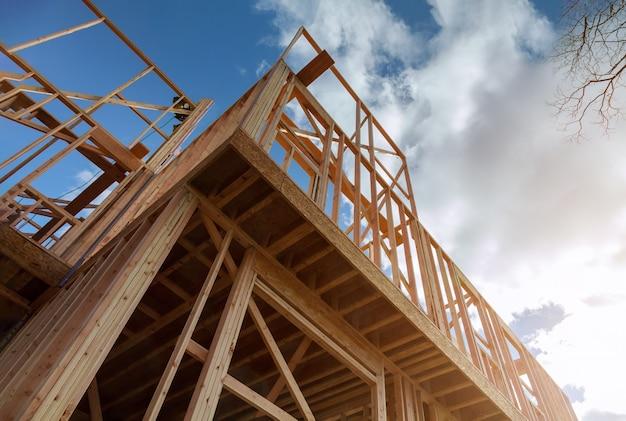 Inquadramento della casa dell'edilizia residenziale sul materiale in costruzione di legno della nuova casa nel telaio di legno
