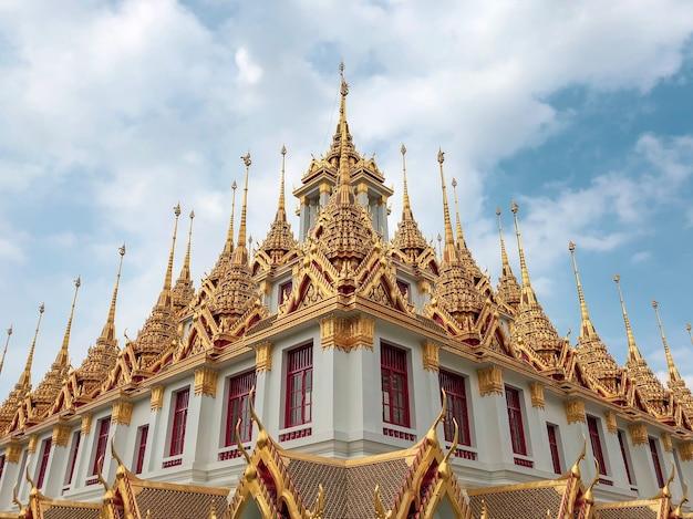 Inquadratura dal basso del bellissimo design del tempio wat ratchanatdaram a bangkok, thailandia