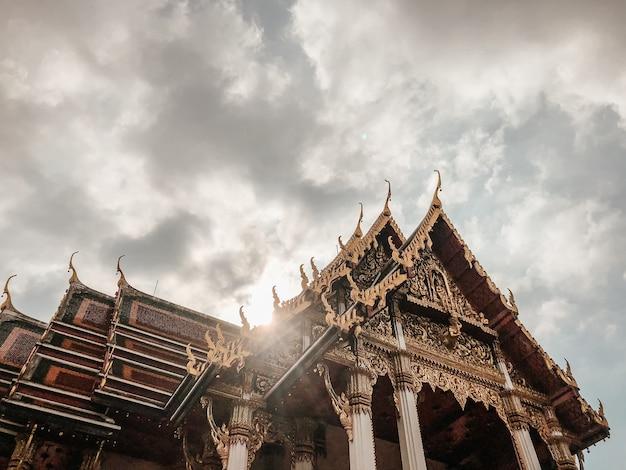 Inquadratura dal basso del bellissimo design di un tempio a bangkok, in thailandia