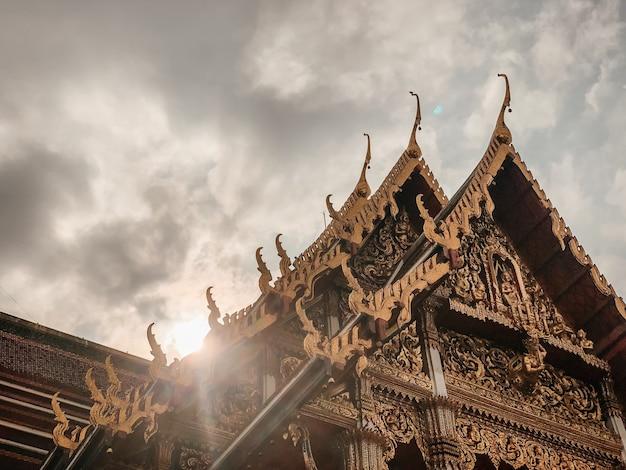 Inquadratura dal basso del bellissimo design di un tempio a bangkok, thailandia