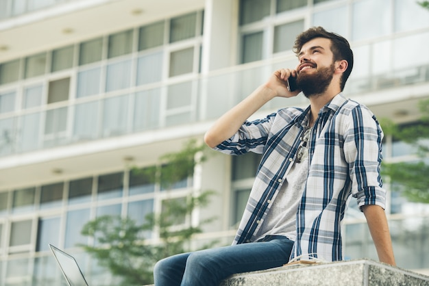 Inquadratura dal basso dell'uomo condividere buone notizie al telefono