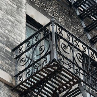Inquadratura dal basso di scala antincendio su un edificio, soho, manhattan, new york city, stato di new york, stati uniti d'america