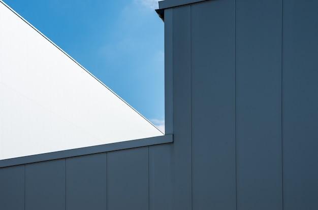 Inquadratura dal basso di un edificio bianco con il cielo blu chiaro