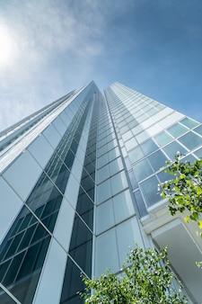 Inquadratura dal basso di un grattacielo