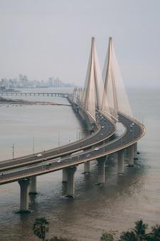 Inquadratura dall'alto di bandra worli sealink a mumbai avvolta dalla nebbia