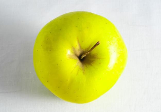 Inquadratura dall'alto di un frutto di colore giallo con un colore bianco