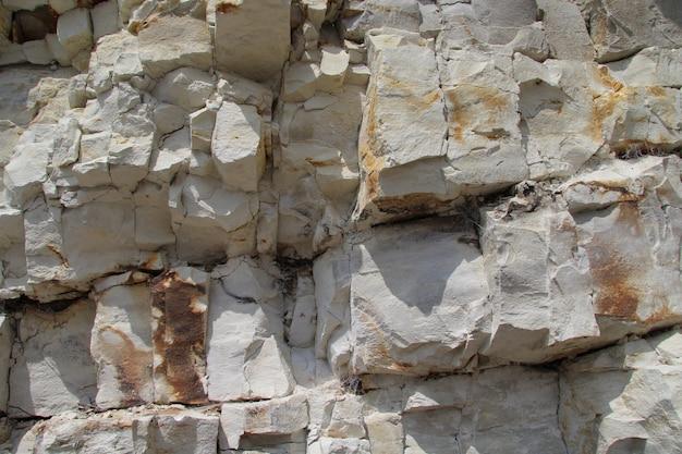 Inquadratura del primo piano di un muro di pietra calcarea con andamento cuboidale ad arnager, bornholm