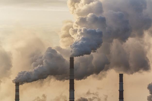 Inquinamento atmosferico da fumo che esce dai camini della fabbrica