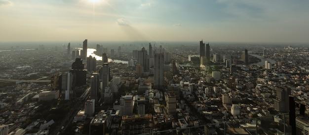 Inquinamento atmosferico della polvere di bangkok tailandia nelle grandi città sopra la sera di vista