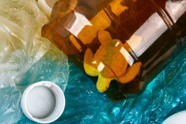 Inquinamento da plastica nel problema degli oceani. sacchetto di plastica della tartaruga di mare. situazione ecologica. zero sprechi